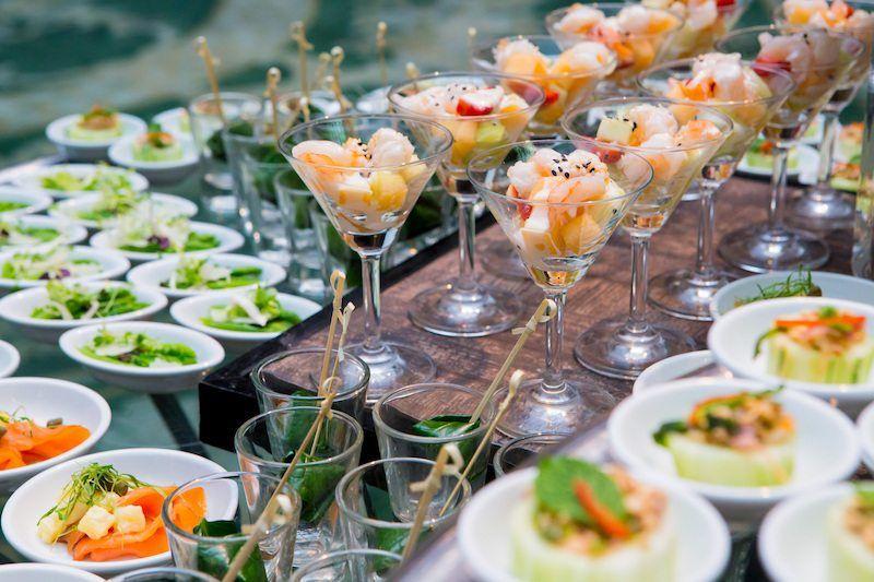 Hochzeits-Catering mit kleinen Snacks