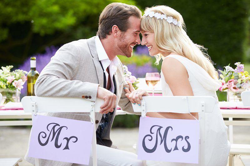 Brautpaar am Hochzeitstisch