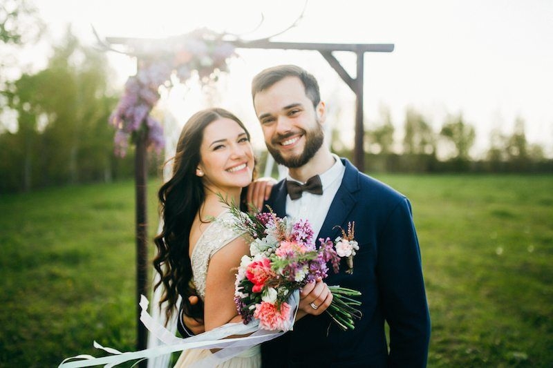 Brautpaar vor einem Altar im Freien