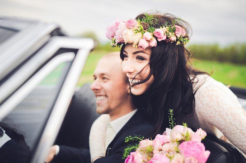 Braut und Bräutigam im Hochzeitsauto