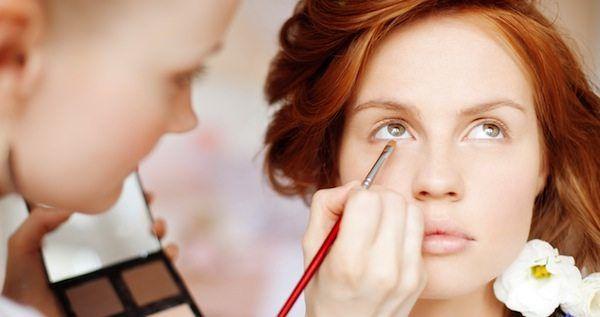 Rothaarige Frau beim Braut-Make-up