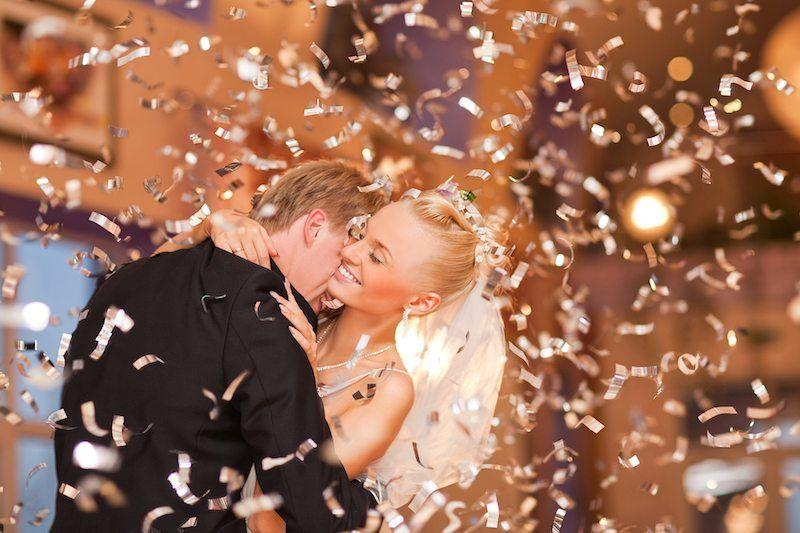 Brautpaar tanzt auf Hochzeitsfeier
