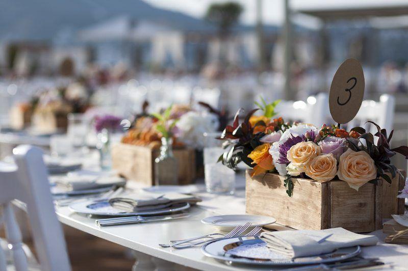Blumendekoration am Hochzeitstisch