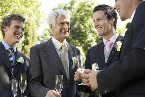Hochzeitsgäste auf Hochzeitsfeier stoßen an