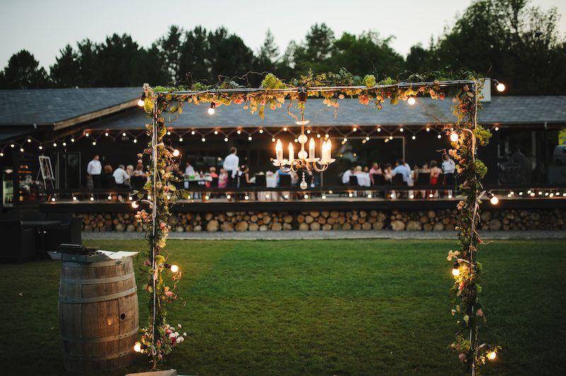 Hochzeit mit vielen Hochzeitsgästen im Freien