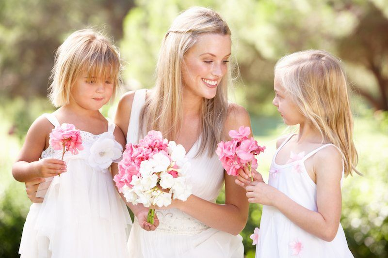 Braut mit Blumenkindern