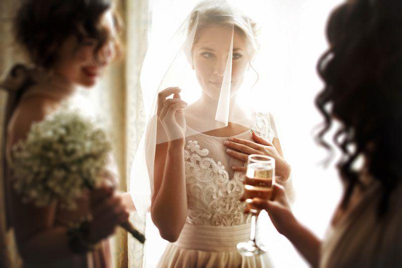 Braut im Gespräch mit ihren Brautjungfern