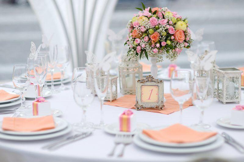 Hochzeitsdekoration in pfirsichfarben