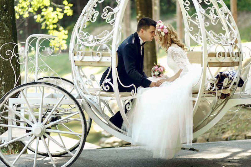 Brautpaar sitzt in Hochzeitskutsche