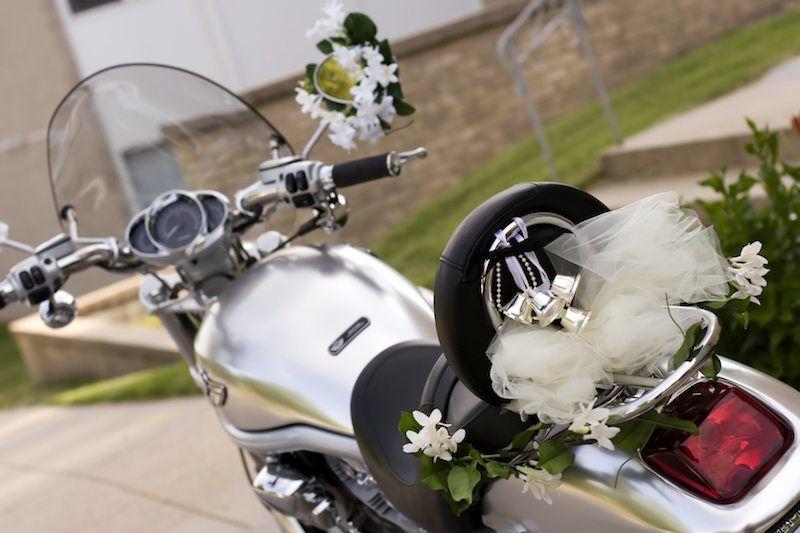 Hochzeitsfahrzeug Motorrad geschmückt