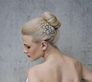 Brautfrisur Chignon mit Haarschmuck