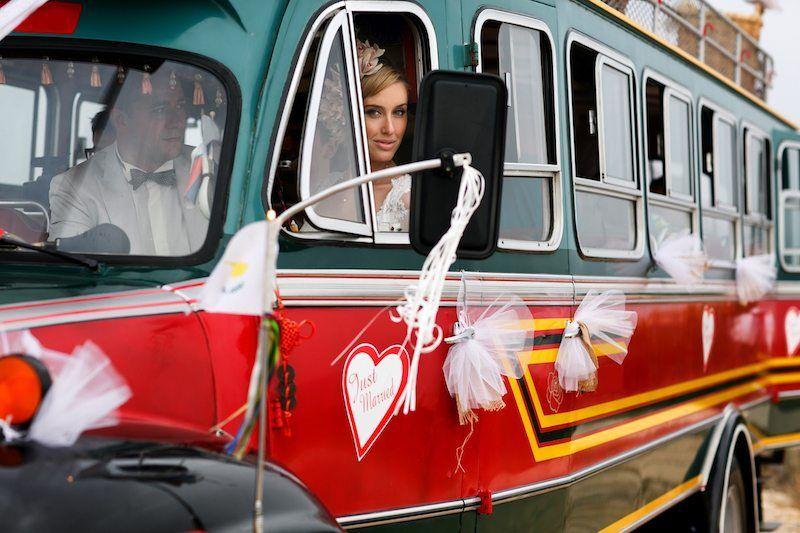 Braut und Bräutigam sitzen im Hochzeitsbus