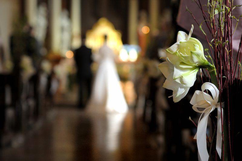brautpaar liest frbitten in der kirche - Furbitten Hochzeit Beispiele