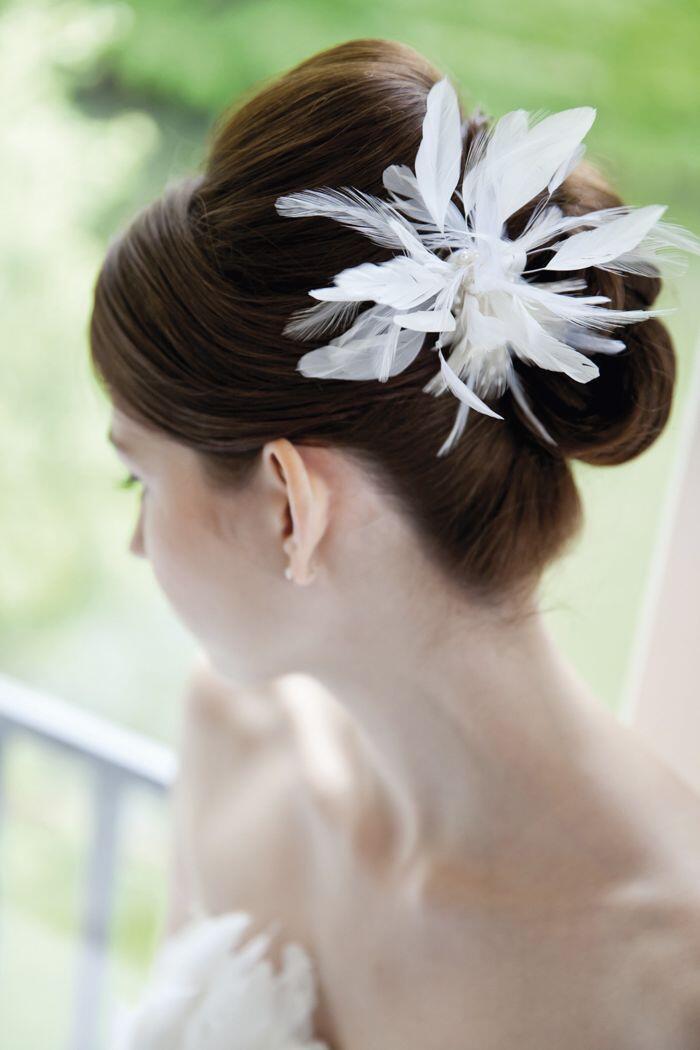 elegante Brautfrisur mit Federschmuck