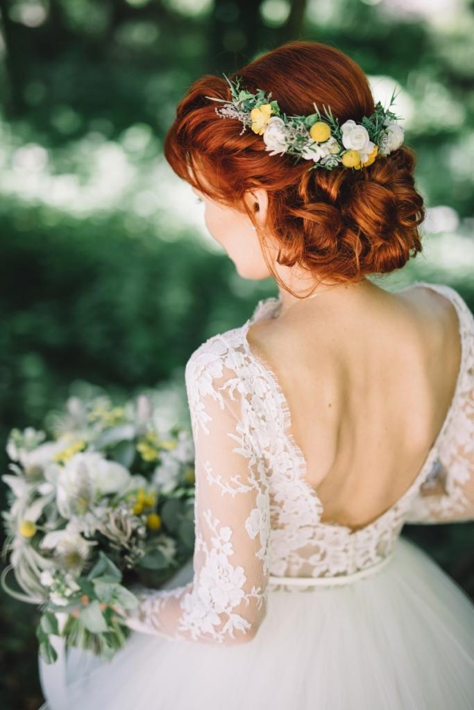Romantische Brautfrisur lockerer Chignon mit Blumenkranz