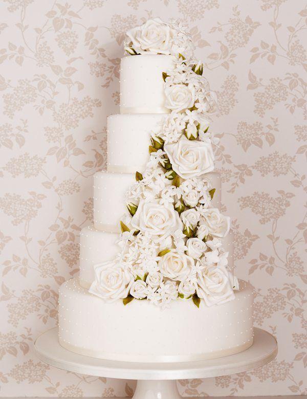 weiße Hochzeitstorte mit Blumen