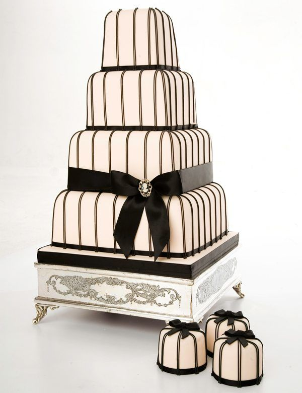 vierstöckige Hochzeitstorte in schwarz und weiß