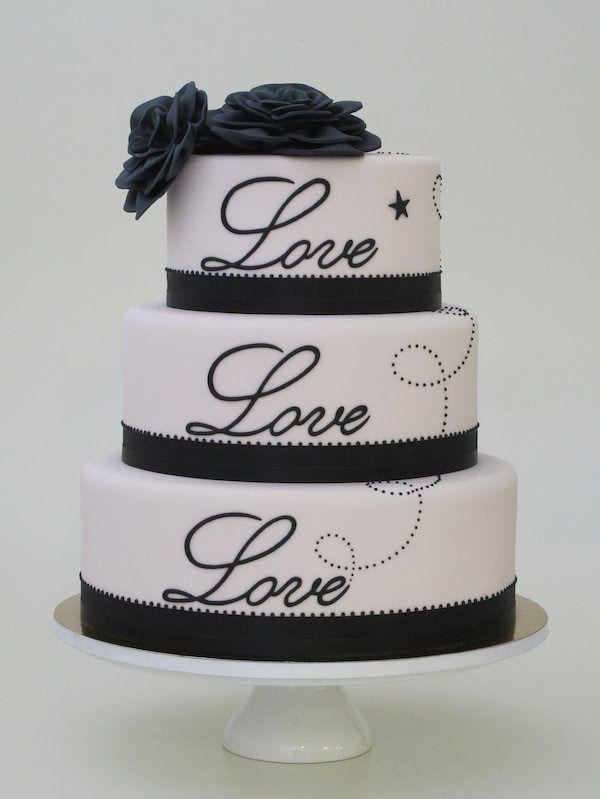 Hochzeitstorte in Weiß mit Beschriftung