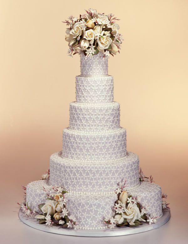 Hochzeitstorte mit Blumen in Weiß