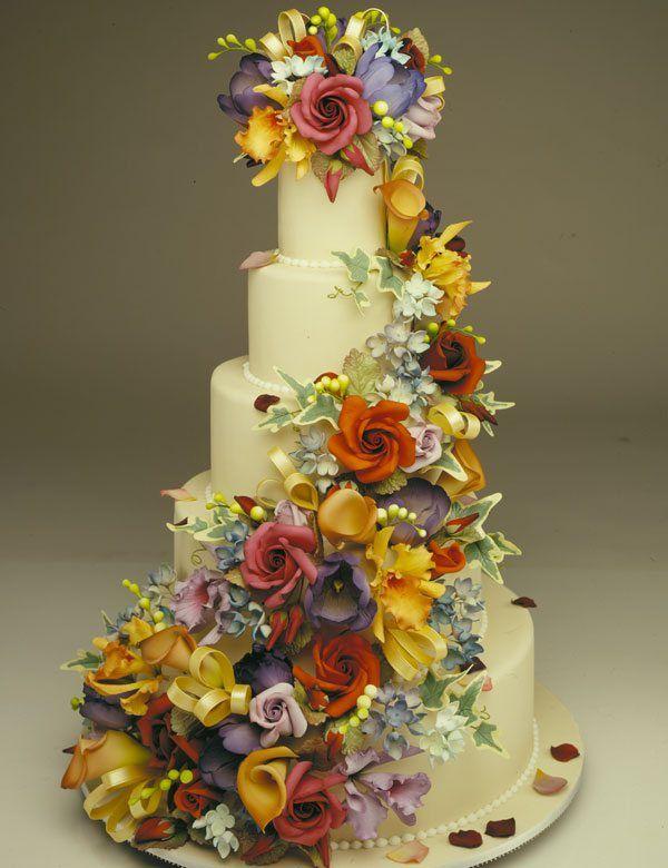 Hochzeitstorte mit bunten Blumen