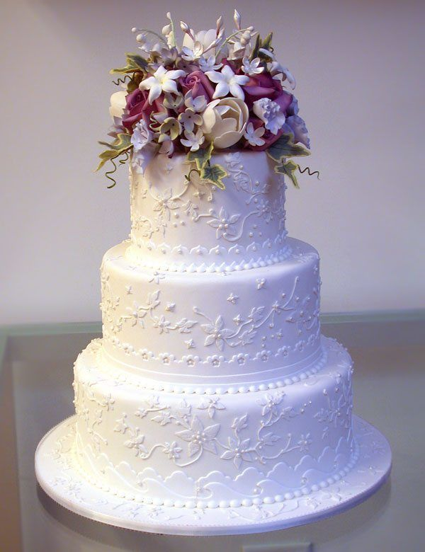 dreistöckige Hochzeitstorte mit Blumen