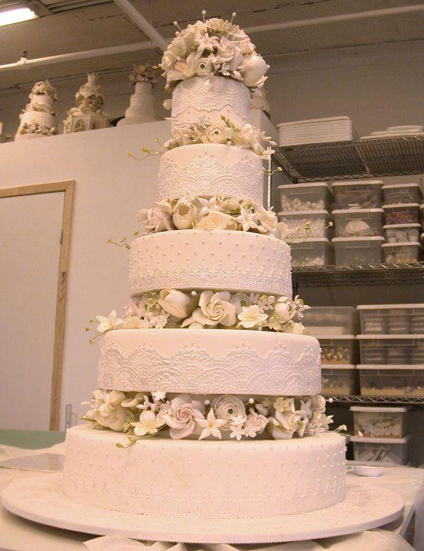 fünfstöckige Hochzeitstorte mit Blumen in Weiß