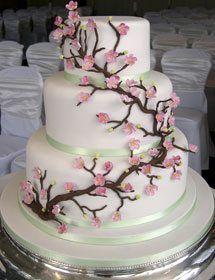 Hochzeitstorte in Weiß mit Blüten