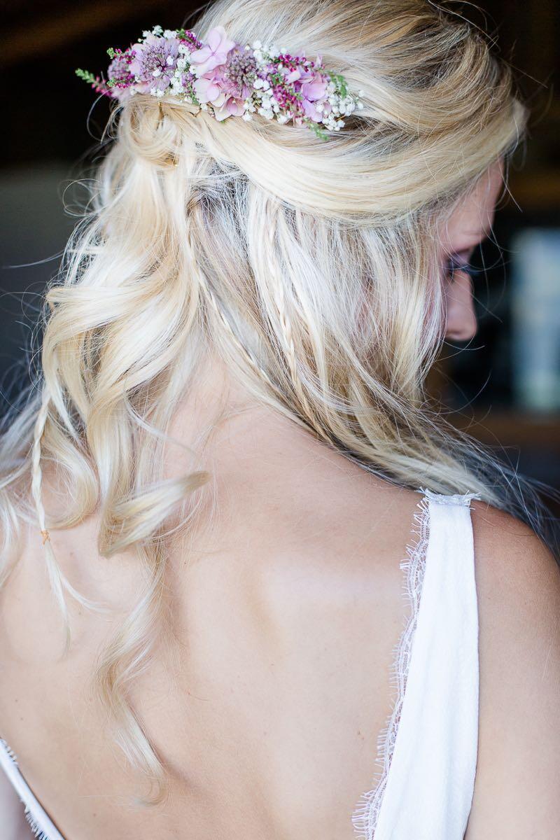 Brautfrisur mit offenen Haaren und echten Blüten