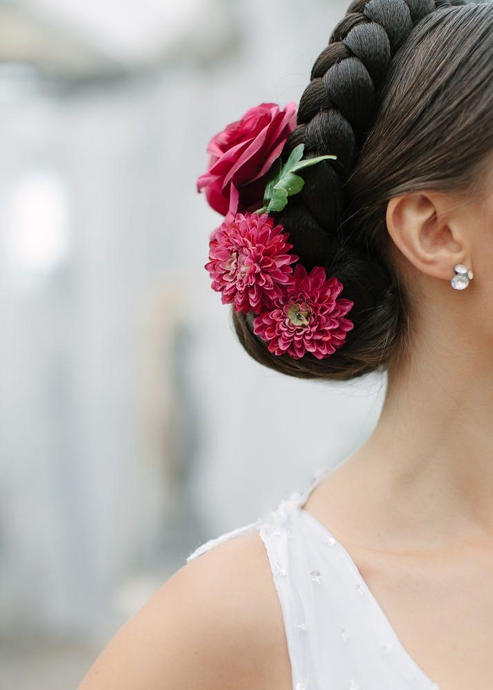 sommerliche Brautfrisur mit Blumen