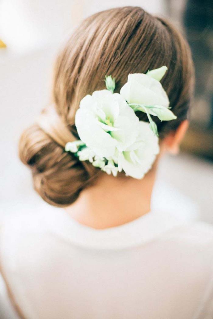 seitliche Frisur mit weißen Blumen