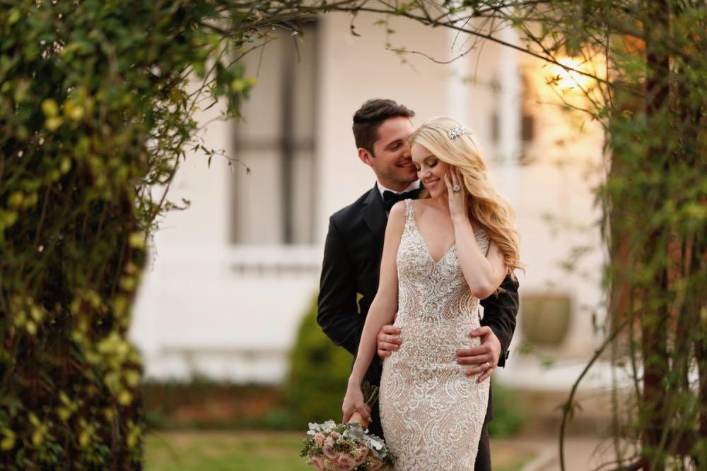 Braut in einem Brautkleid von Martina Liana und Bräutigam