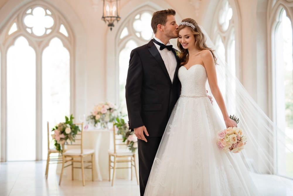 Braut in einem Brautkleid von Stella York und Bräutigam
