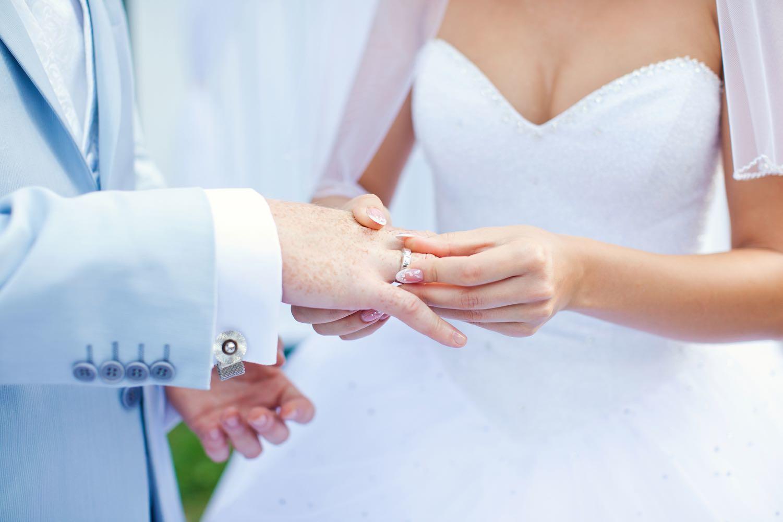 Überstreifen der Eheringe