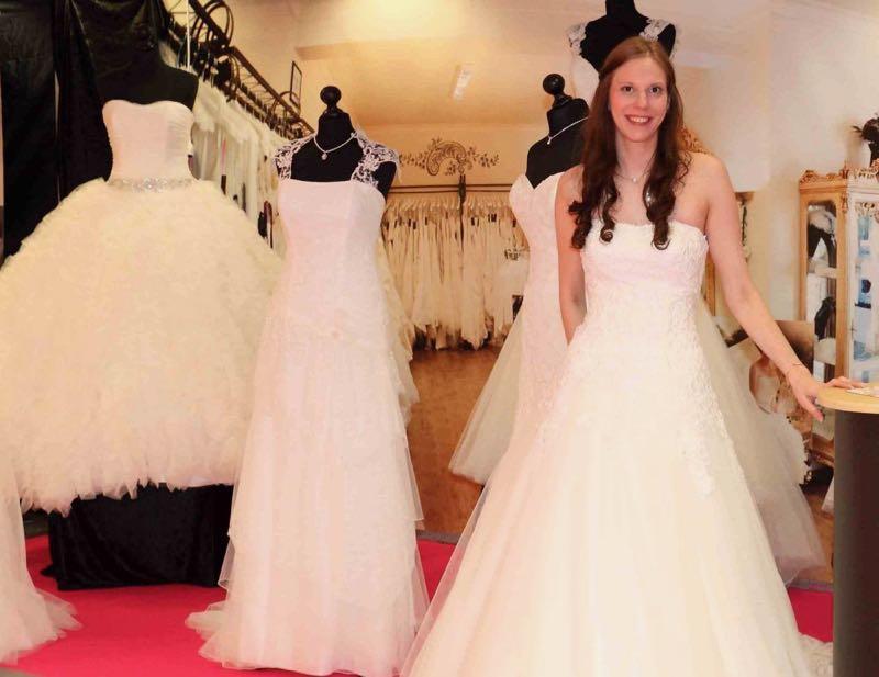 Brautkleid anprobieren auf der Messe