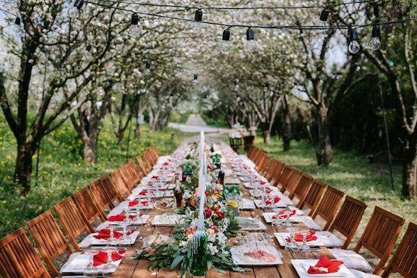 traditioneller, rustikaler Hochzeitstisch