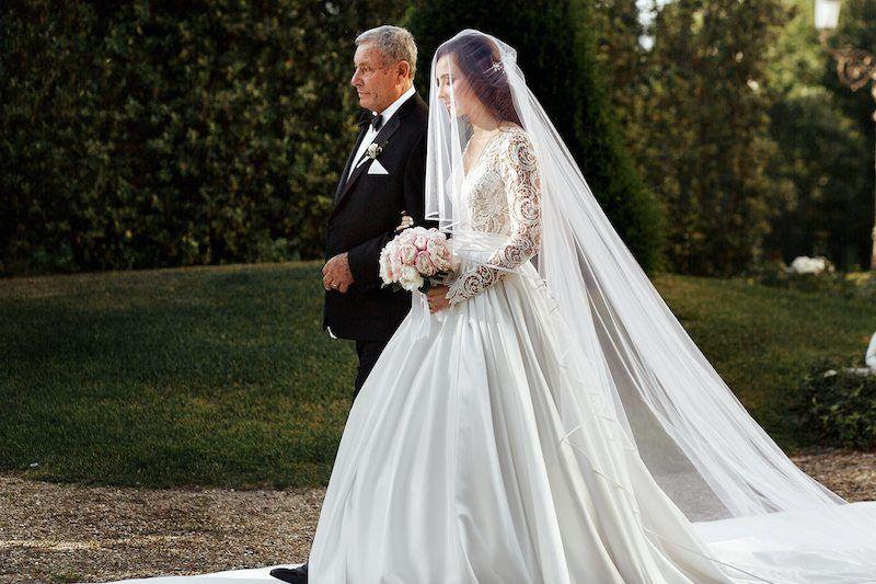 Brautvater und Braut beim Einzug in die Kirche