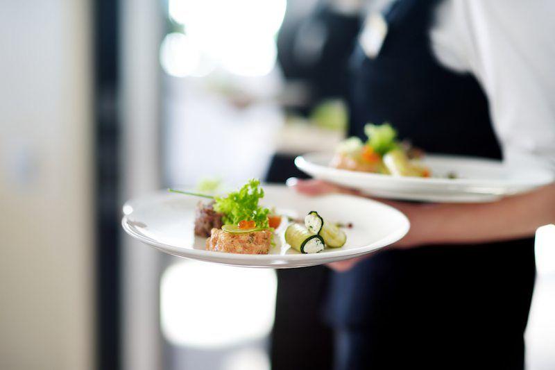Kellner serviert Hochzeitsessen