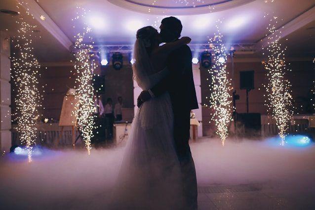 Hochzeitstanz mit Bühnennebel und Pyro