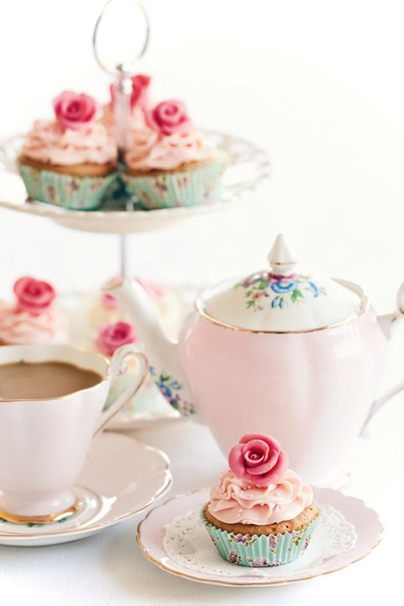 Cupcakes verziert mit Fondant-Rosen in Pastell und Zuckerperlen