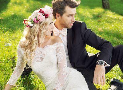 Braut in Fit & Flair-Kleid und Bräutigam im schwarzen Anzug