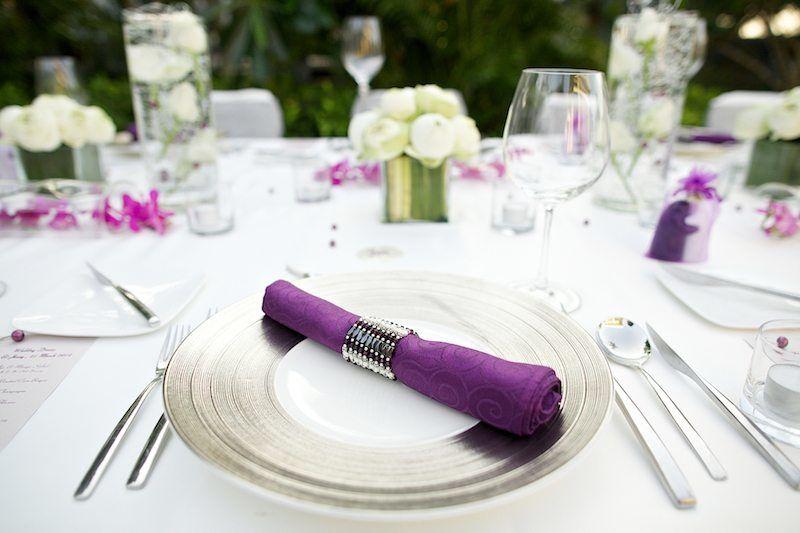 Tischdekoration in weiß und lila