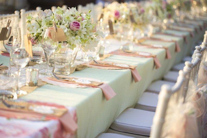 romantisch dekorierter Hochzeitstisch