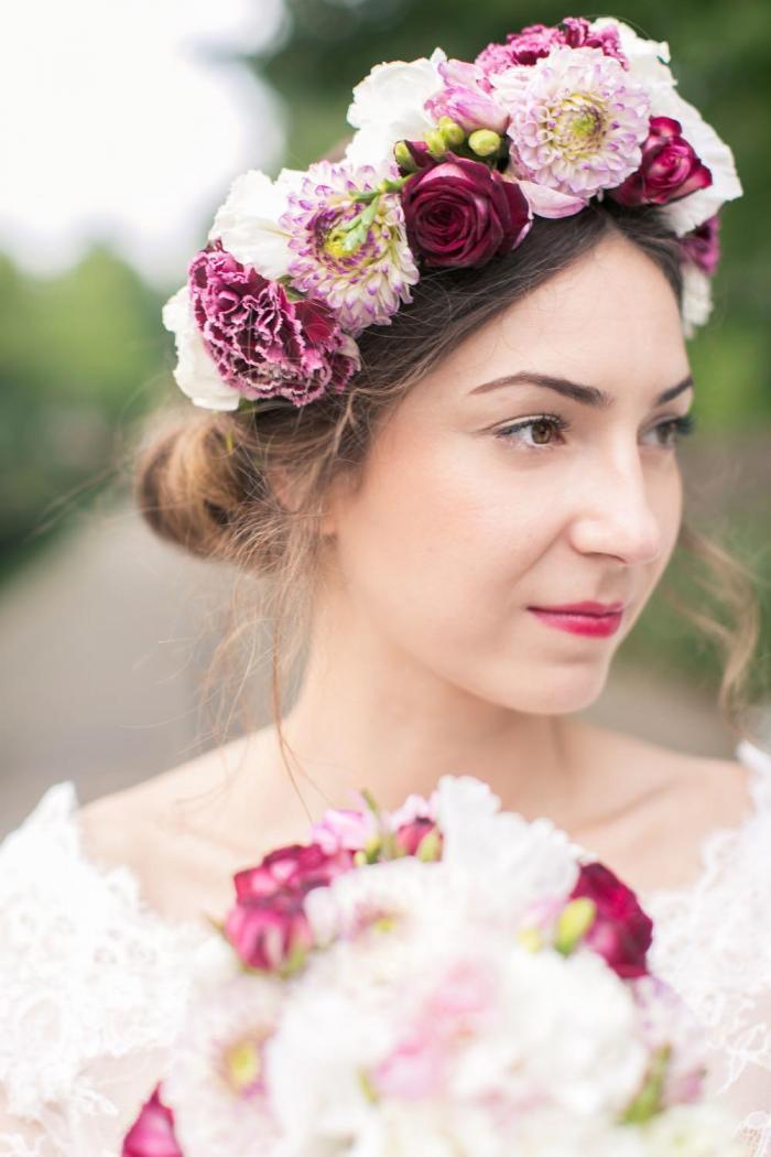 Brautfrisur mit farbenfrohen Blumenkranz