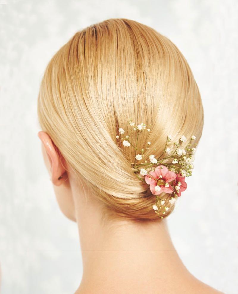 schlichte Brautfrisur für kurzes Haar mit Blumen