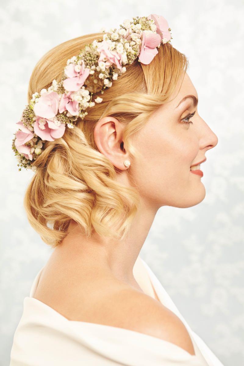 Brautfrisur offen mit Blumen