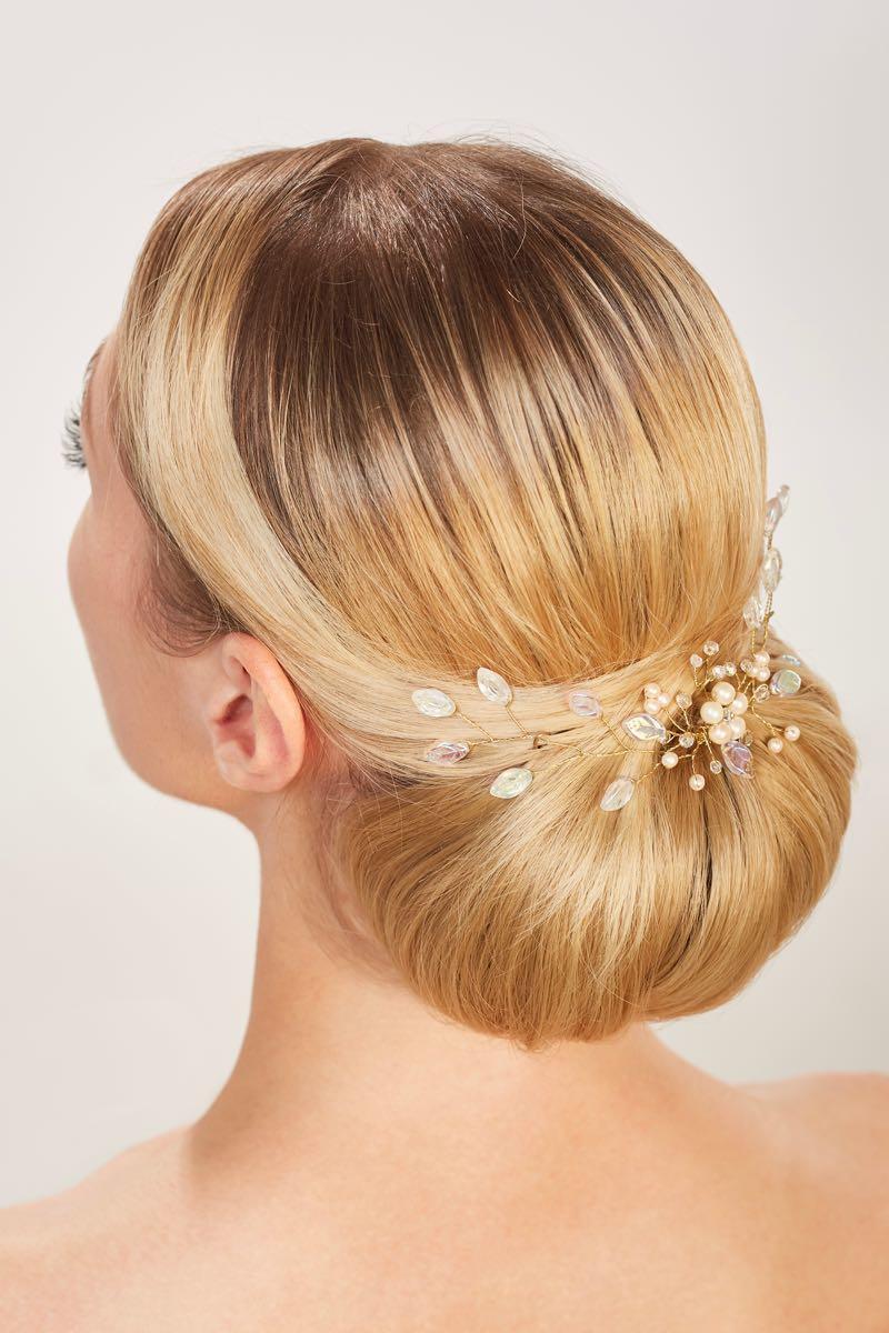 Brautfrisur mit Haarschmuck tiefer Dutt