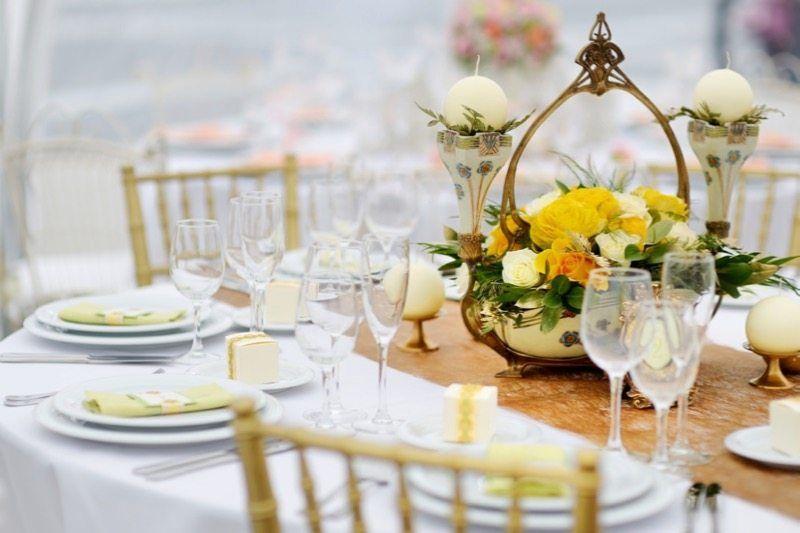 Tischdekoration in Gelb