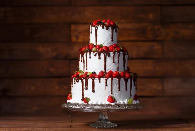 weißer Drip Cake mit Erdbeeren