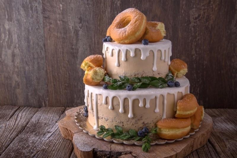 Drip Cake mit Donuts