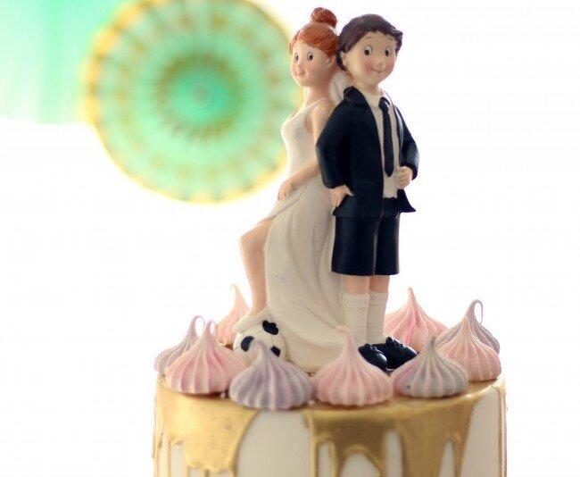 Lustige Tortenfigur mit Fußball für Hochzeit